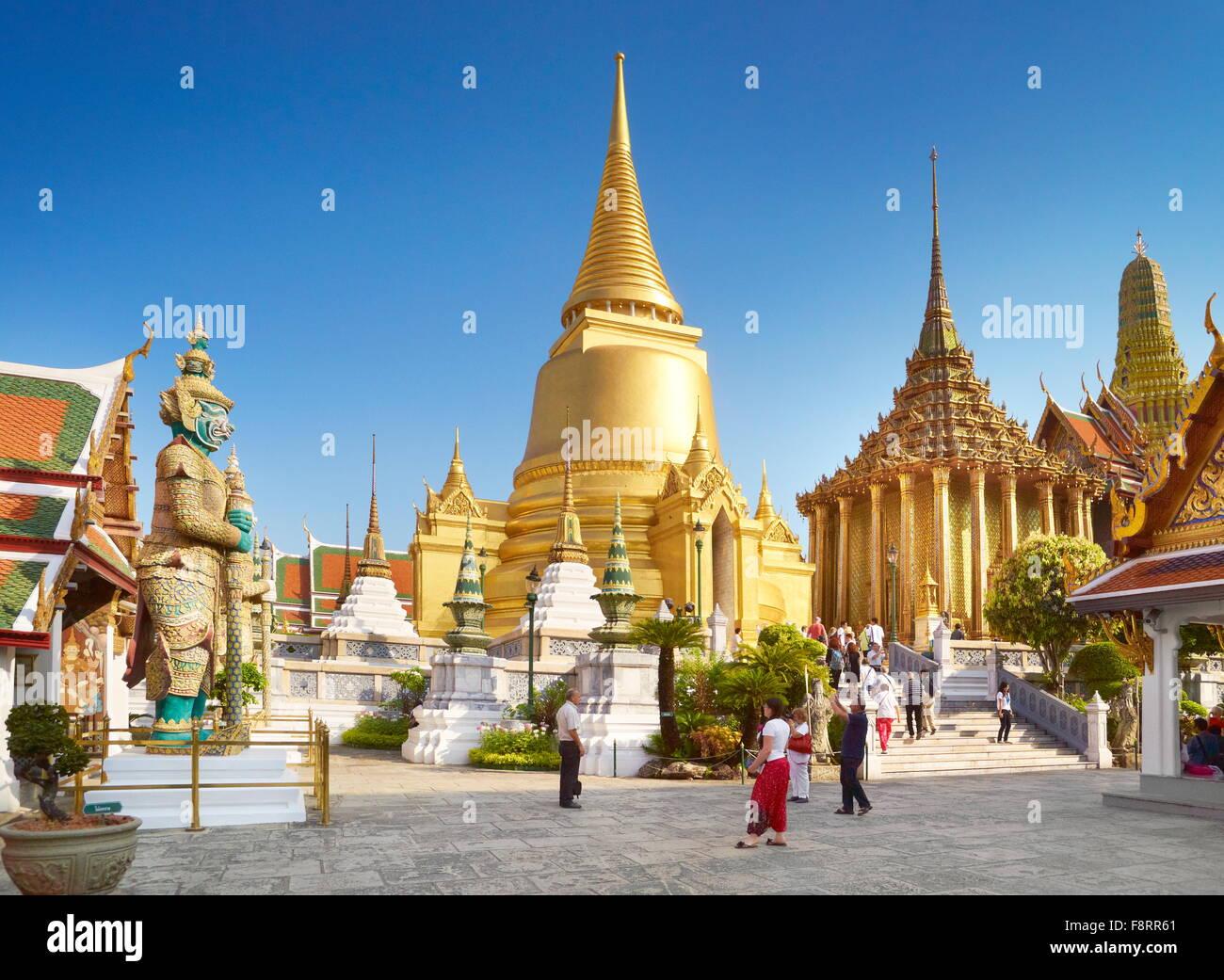 Thaïlande - Bangkok, Le Grand Palais Royal, le Wat Phra Kaeo, chedi doré Photo Stock