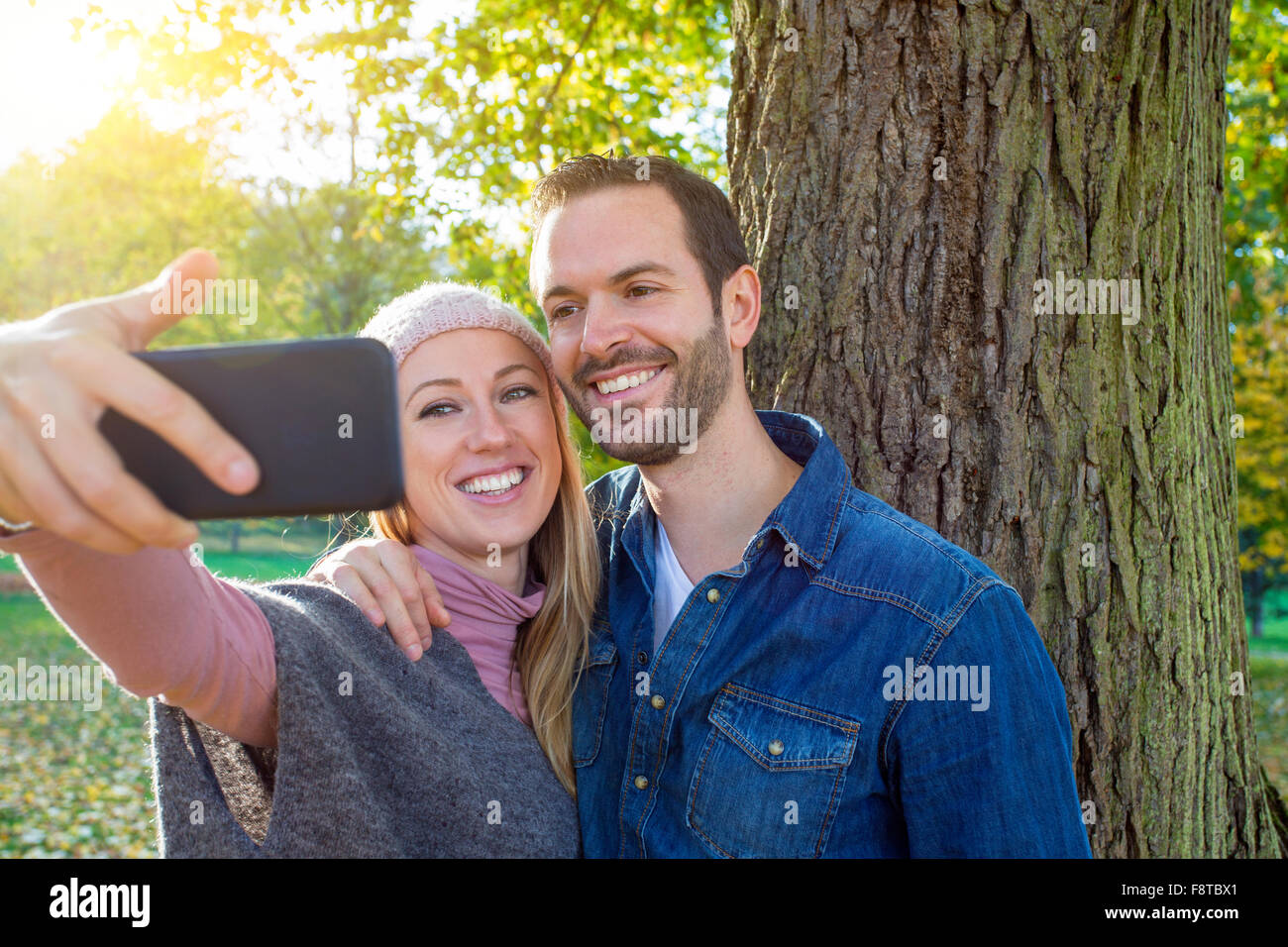 Un couple qui selfies Photo Stock