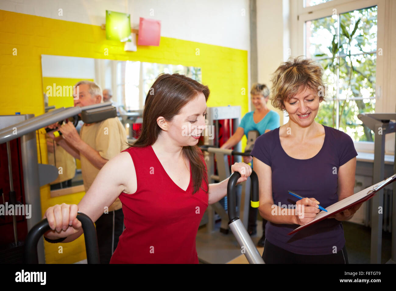 Groupe mixte faisant circuit training in a gym Photo Stock