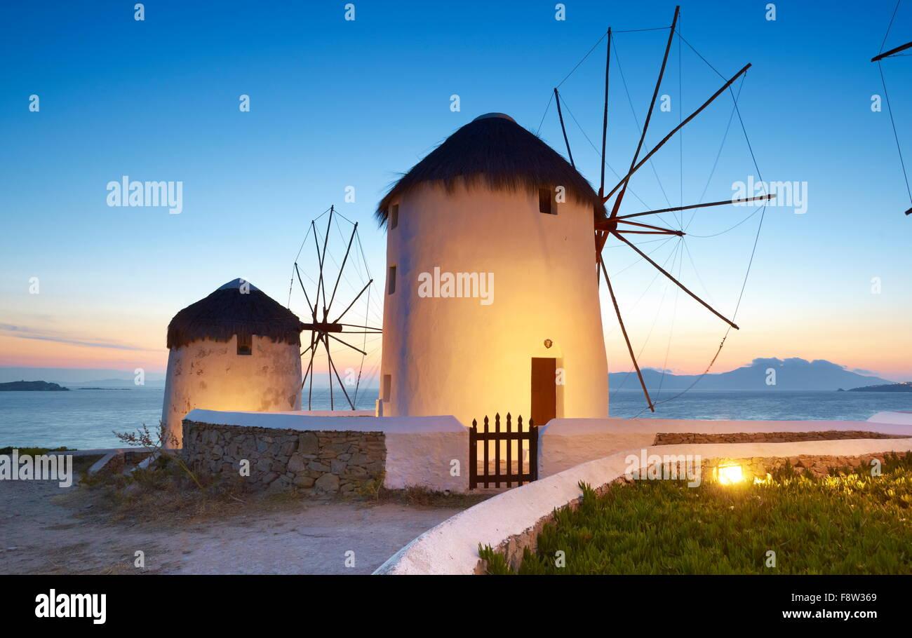 Paysage avec un soir de Mykonos moulins à vent, l'île de Mykonos, Cyclades, Grèce Photo Stock