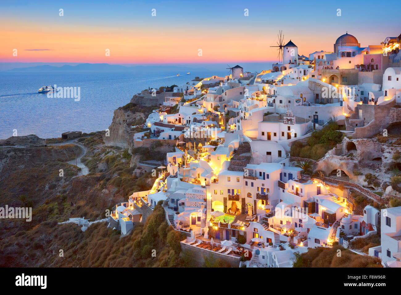 Santorin - maisons blanches et de moulins à vent à l'heure du coucher du soleil, Oia, Santorin, Grèce Photo Stock