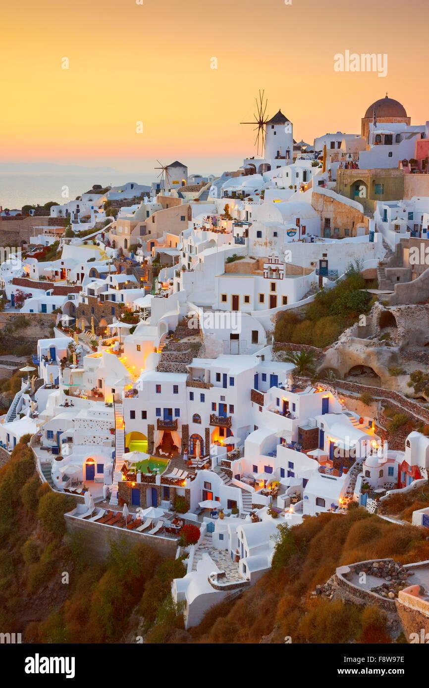 Santorin - maisons blanches et de moulins à vent à l'heure du coucher du soleil, Oia, Grèce Photo Stock