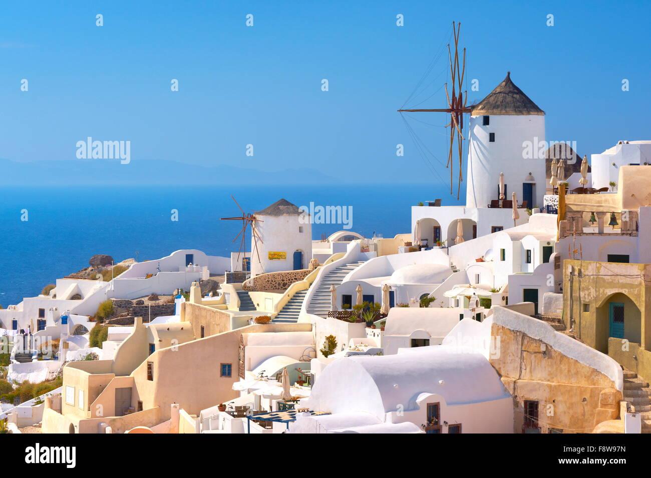 Santorin - maisons blanches et de moulins à vent sur le ciel bleu, Oia, Grèce Photo Stock