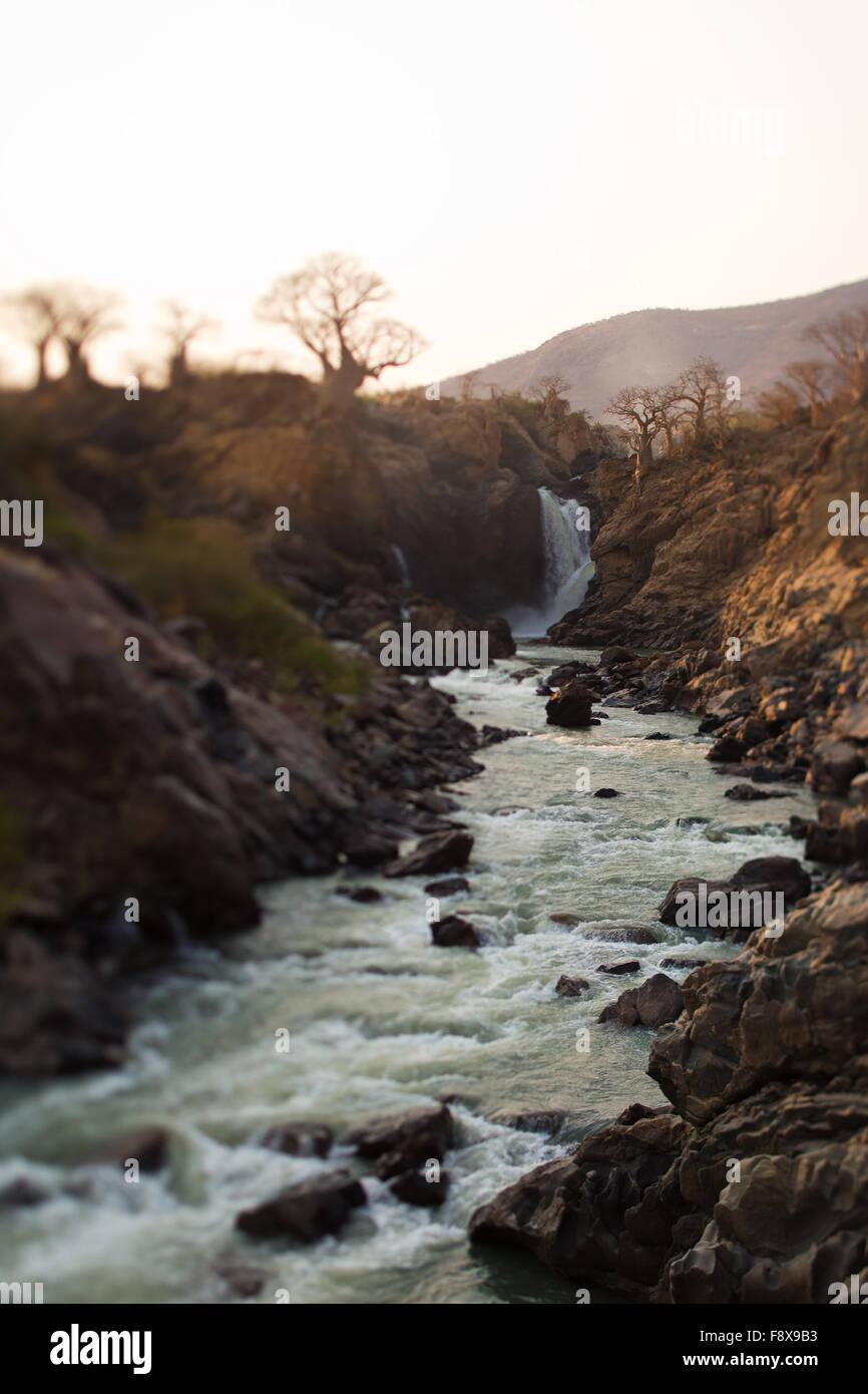 La rivière Kunene à Epupa Falls, la Namibie. Banque D'Images