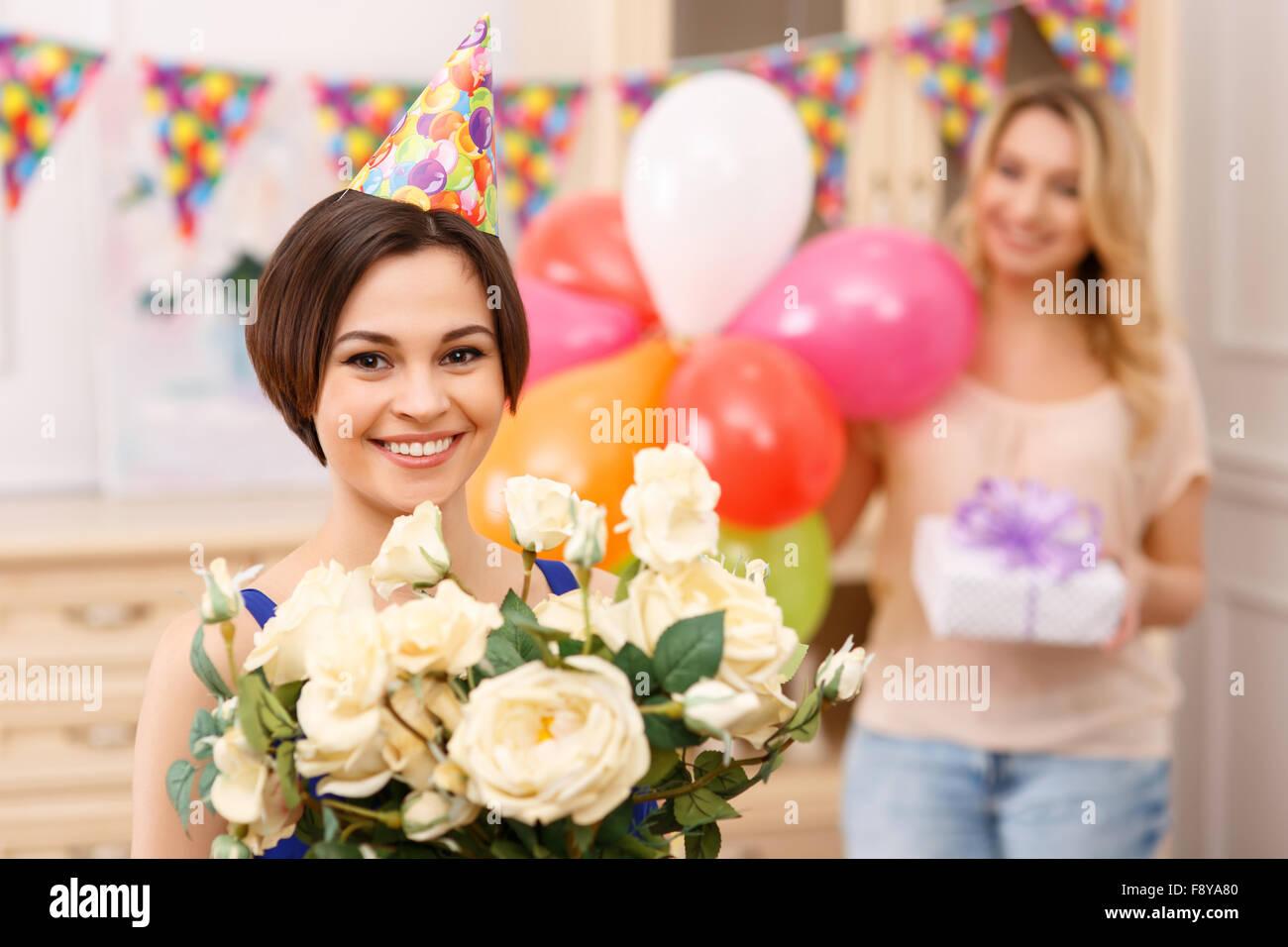 Jeune fille tenant un bouquet de fleurs Photo Stock