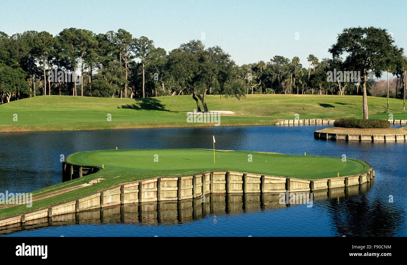 Célèbre parmi des golfeurs est le 17ème trou situé sur une petite île d'herbe verte Photo Stock