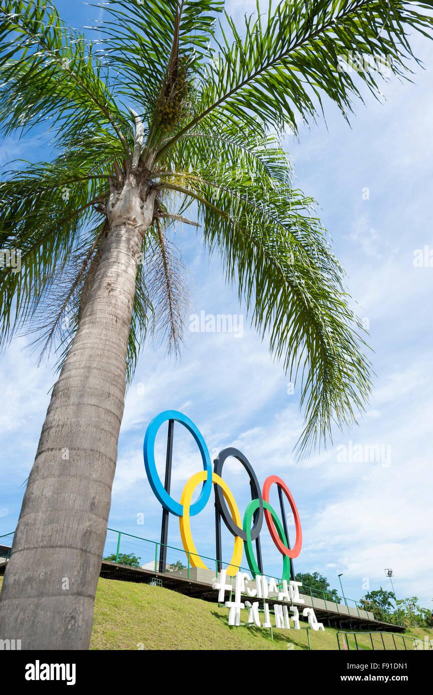 RIO DE JANEIRO, Brésil - 31 octobre 2015: anneaux olympiques se tenir sous un grand palmier dans Parque Photo Stock