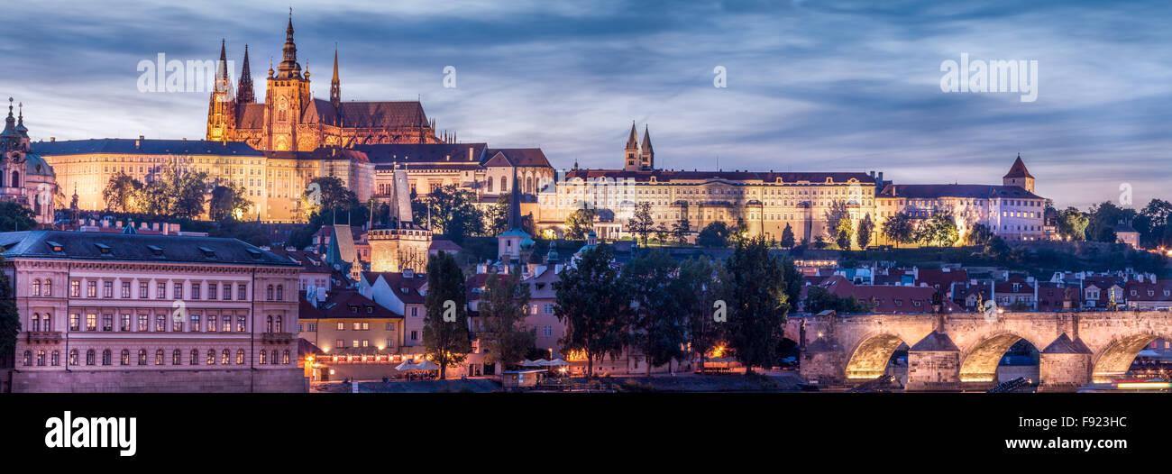 Panorama du Château de Prague situé au coeur de la République tchèque sur les rives de la rivière Vltava avec le Banque D'Images