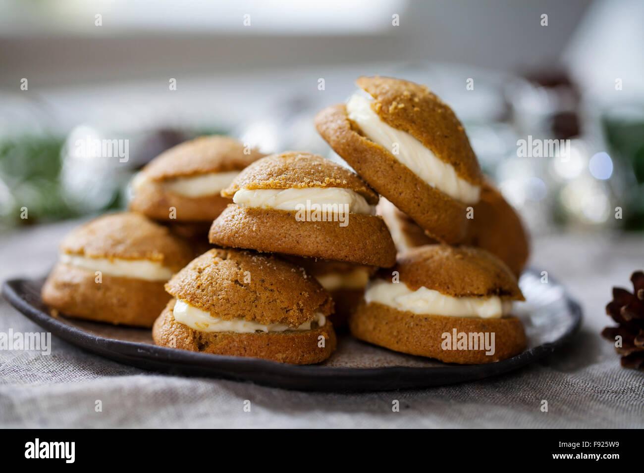 Ginger cookies remplis de mascarpone et crème lait caillé de citron Photo Stock