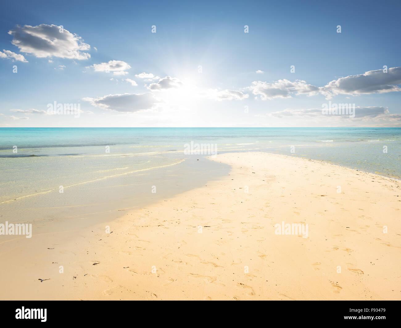 Plage de sable et l'eau turquoise du lagon en Banque D'Images