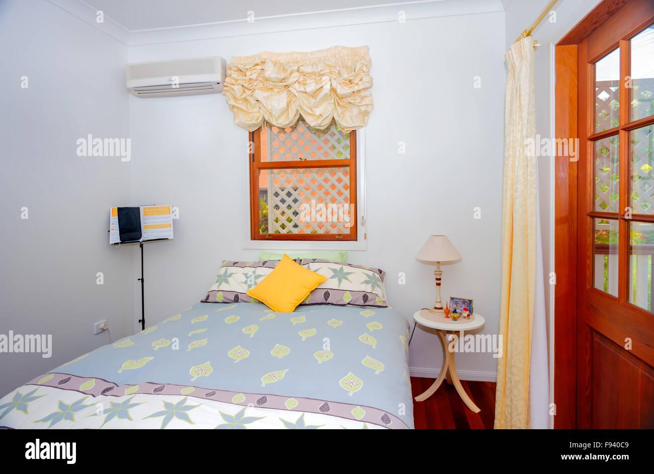 Petite chambre confortable avec un lit double avec un pastel de ...