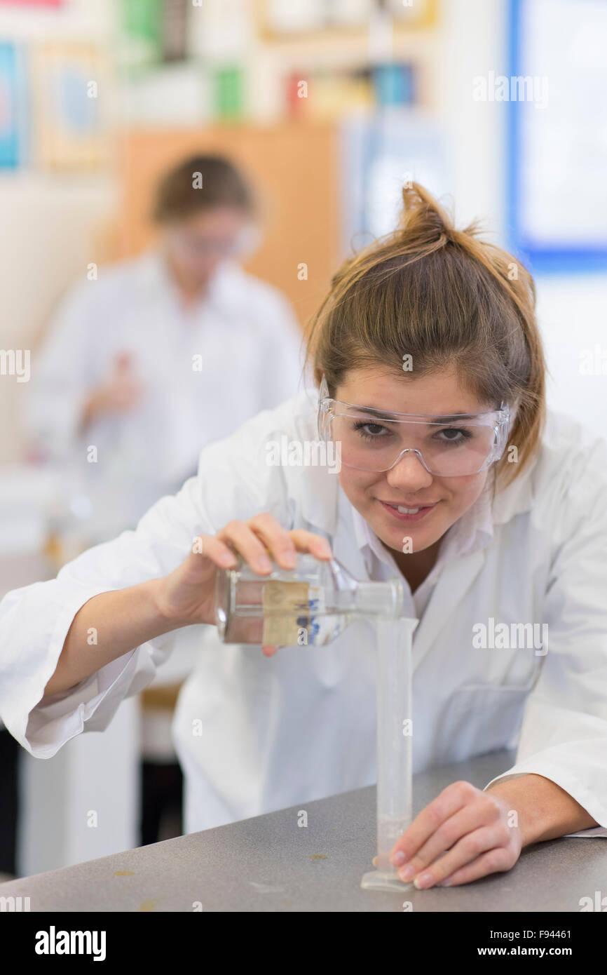 Chimie biologie niveau gcse un étudiant travaillant dans un laboratoire de travaux pratiques. Photo Stock