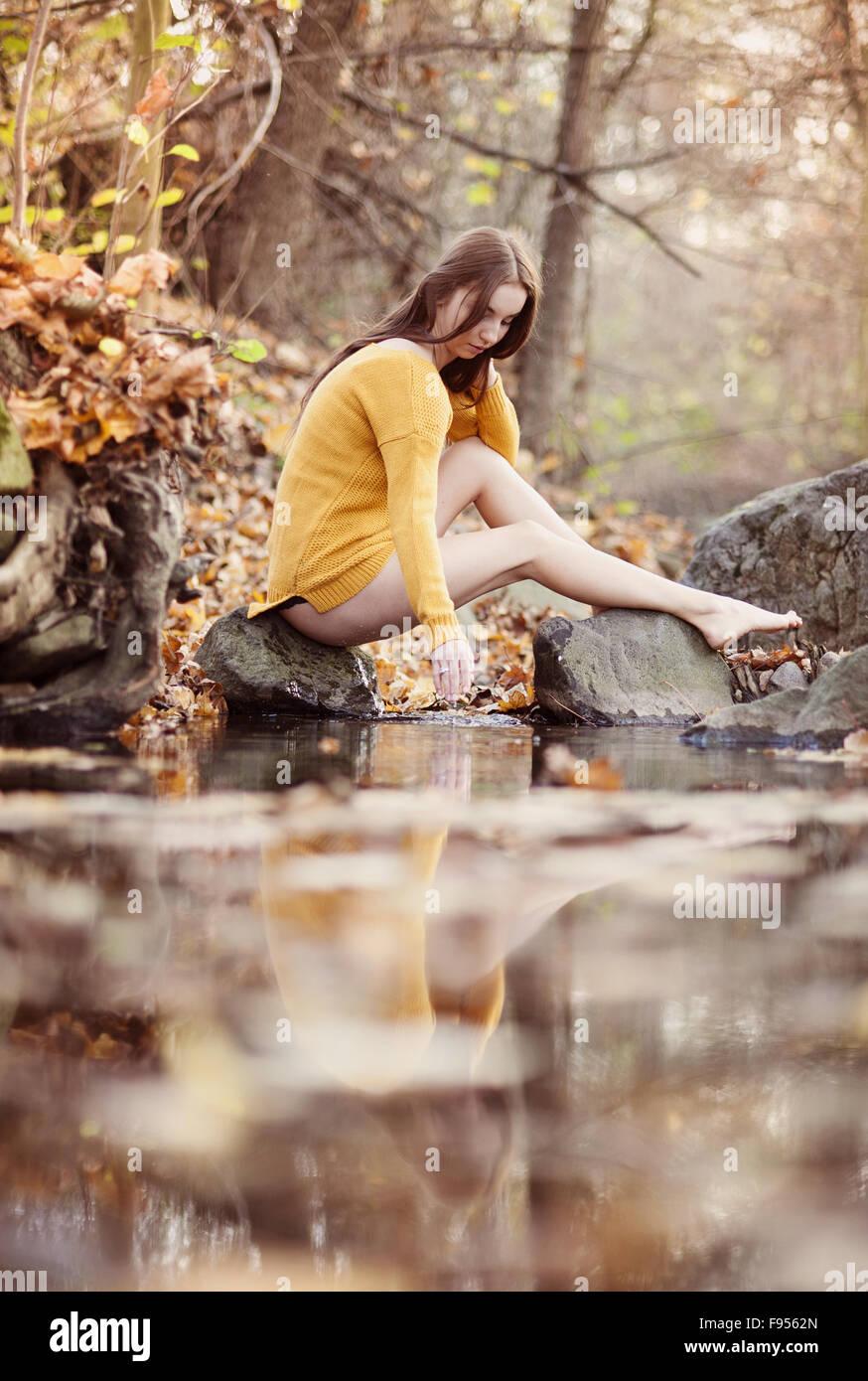 Portrait plein air de belle fille de forêt d'automne Photo Stock