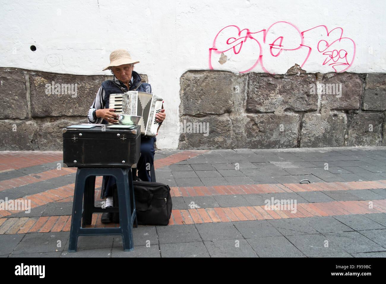 Quito , en Équateur. Une femme joue de l'accordéon dans la rue Photo Stock