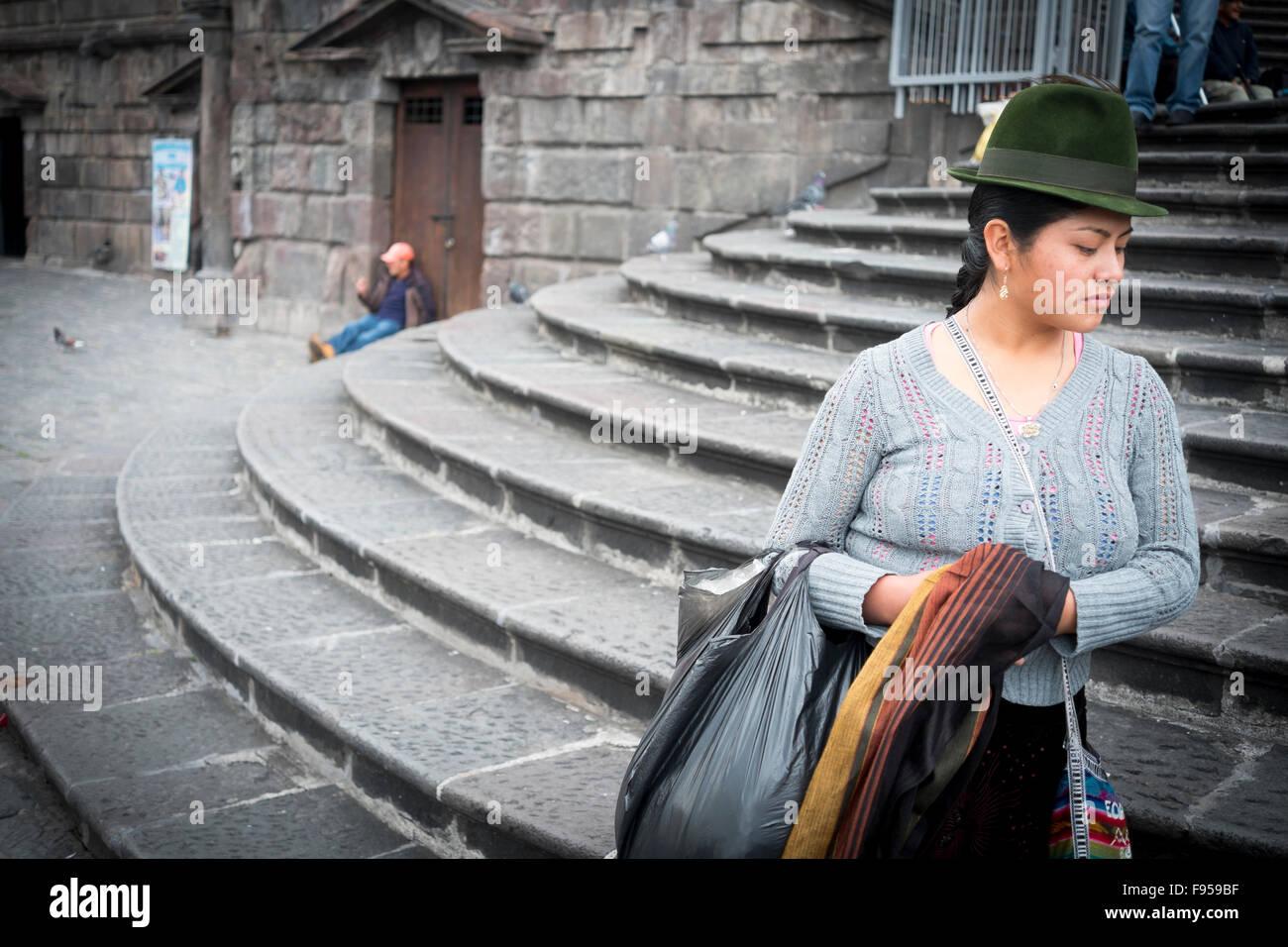 Quito , en Équateur. Plaza de San Francisco. Une femme sur les mesures à l'extérieur de l'Iglesia Photo Stock