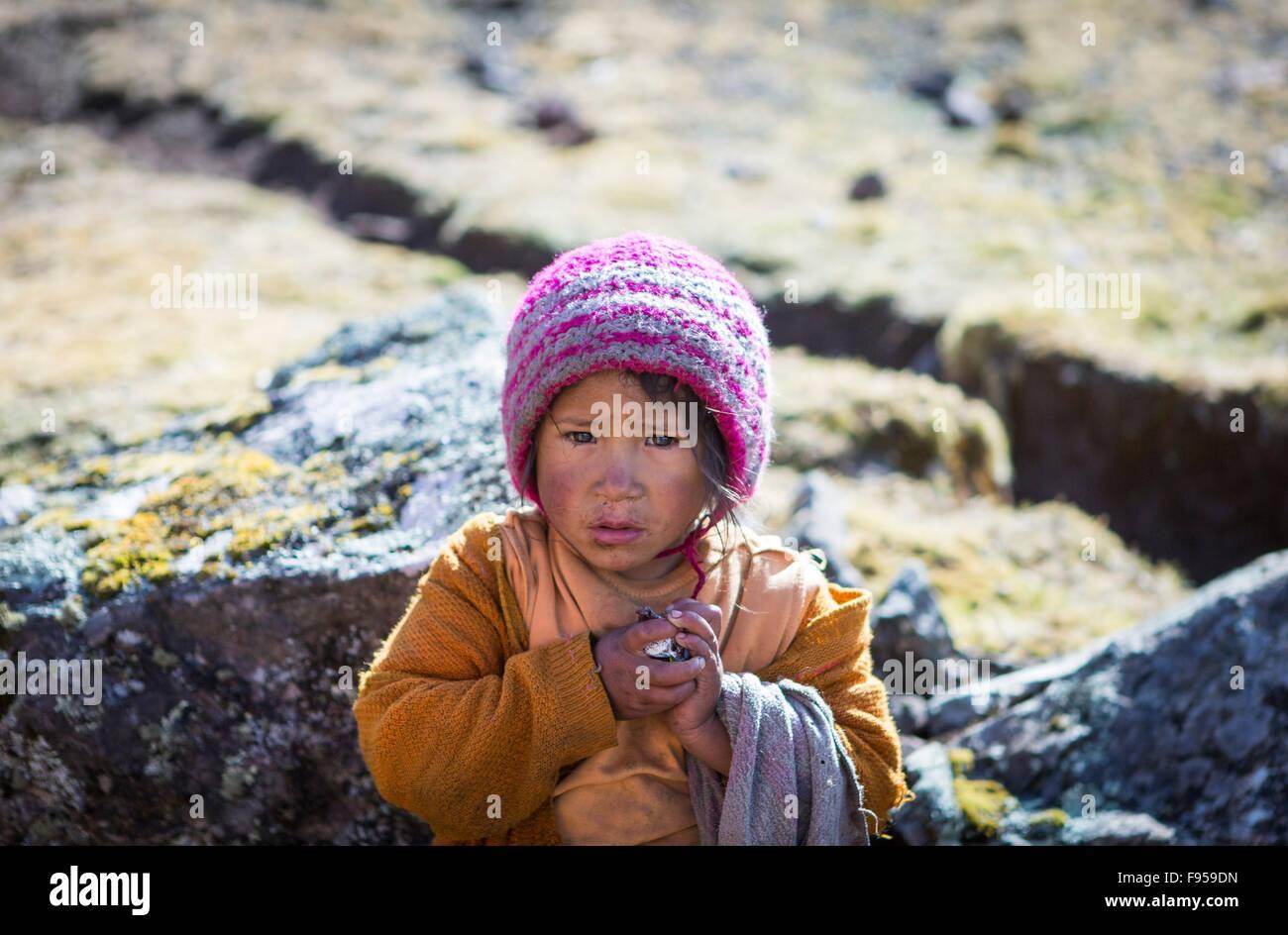 Les Lares District de Pérou. Une jeune fille se sont rencontrés par le photographe sur un trek de Lares Photo Stock