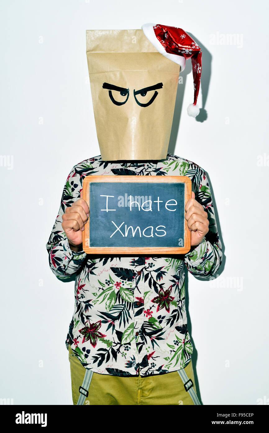 Un jeune homme s'habiller des vêtements décontractés avec un sac en papier dans la tête Photo Stock