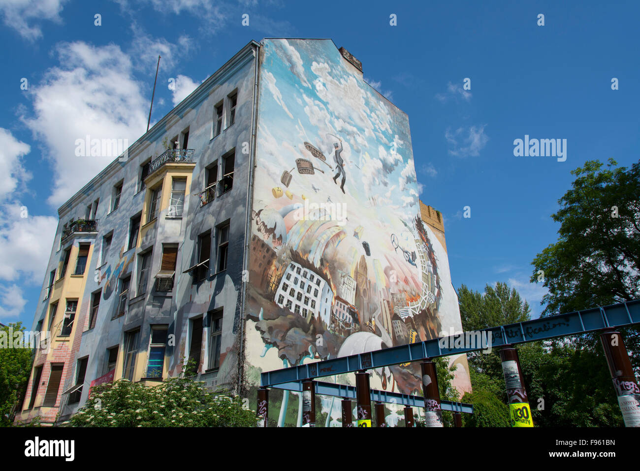 Art urbain sur squat tenement immobilier, Berlin, Allemagne Photo Stock