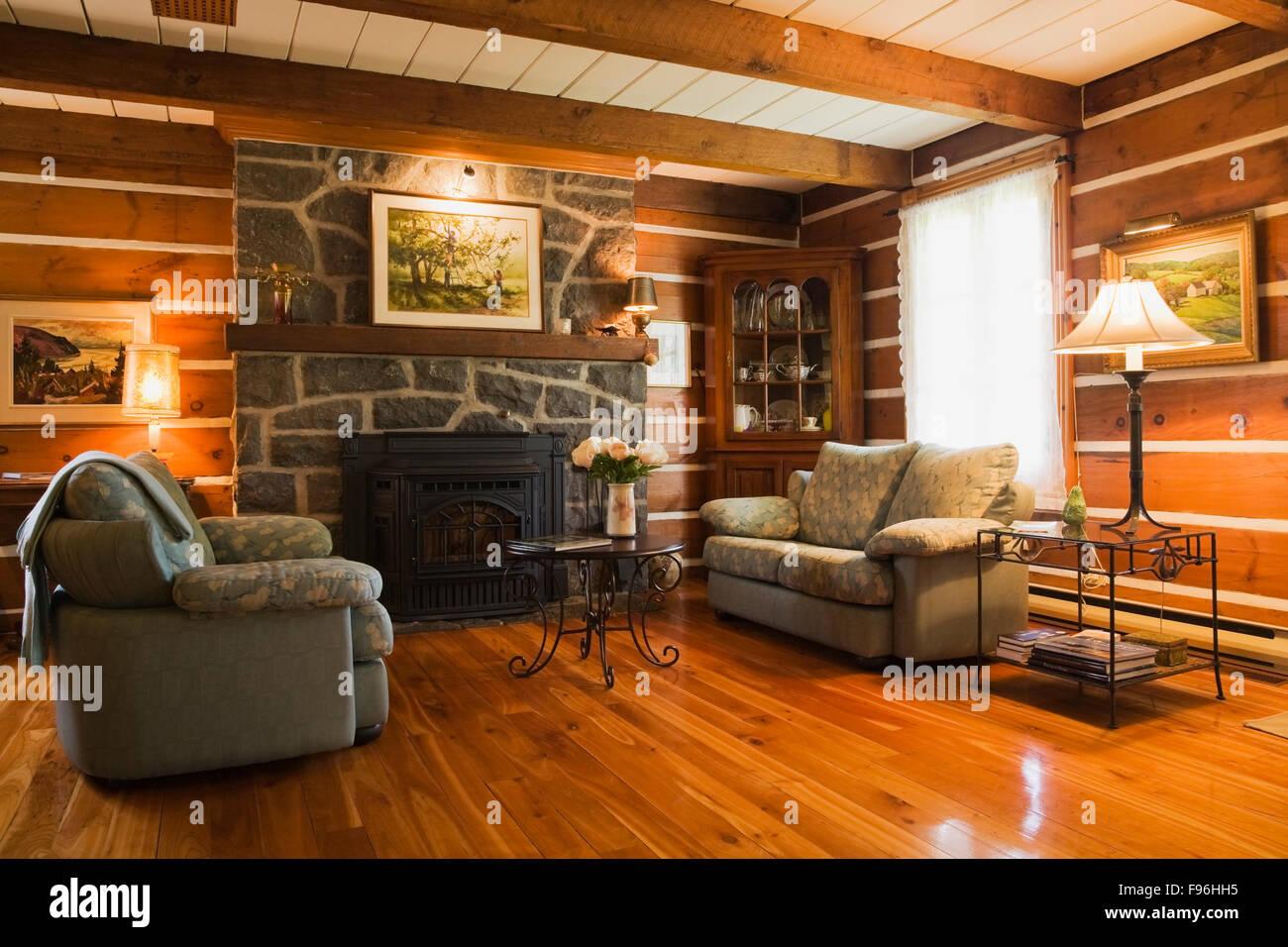 Canapes Et Cheminee En Pierre Dans Le Salon A L Interieur D Une Maison De Notation Empilees Monteregie Quebec Canada Photo Stock Alamy