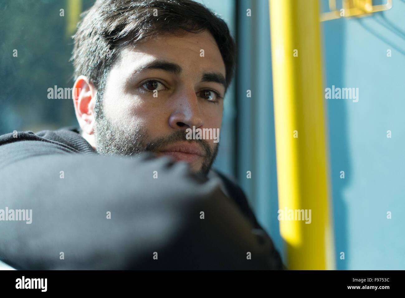 Portrait de jeune homme voyageant en train Photo Stock