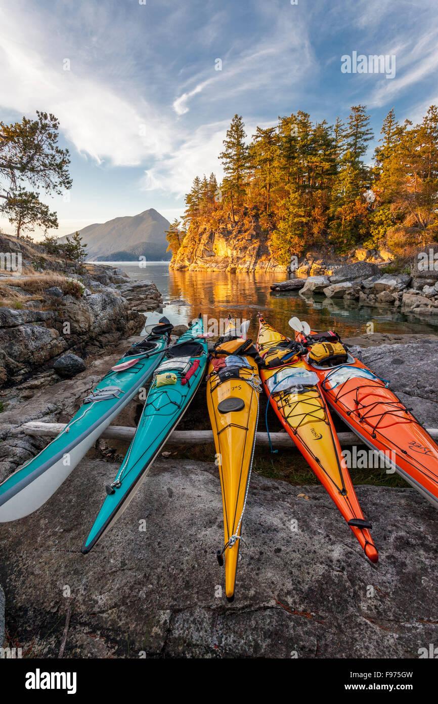 Kayaks reste juste au-dessus de la marée haute sur l'île ouest Curme dans le parc marin de Desolation Photo Stock