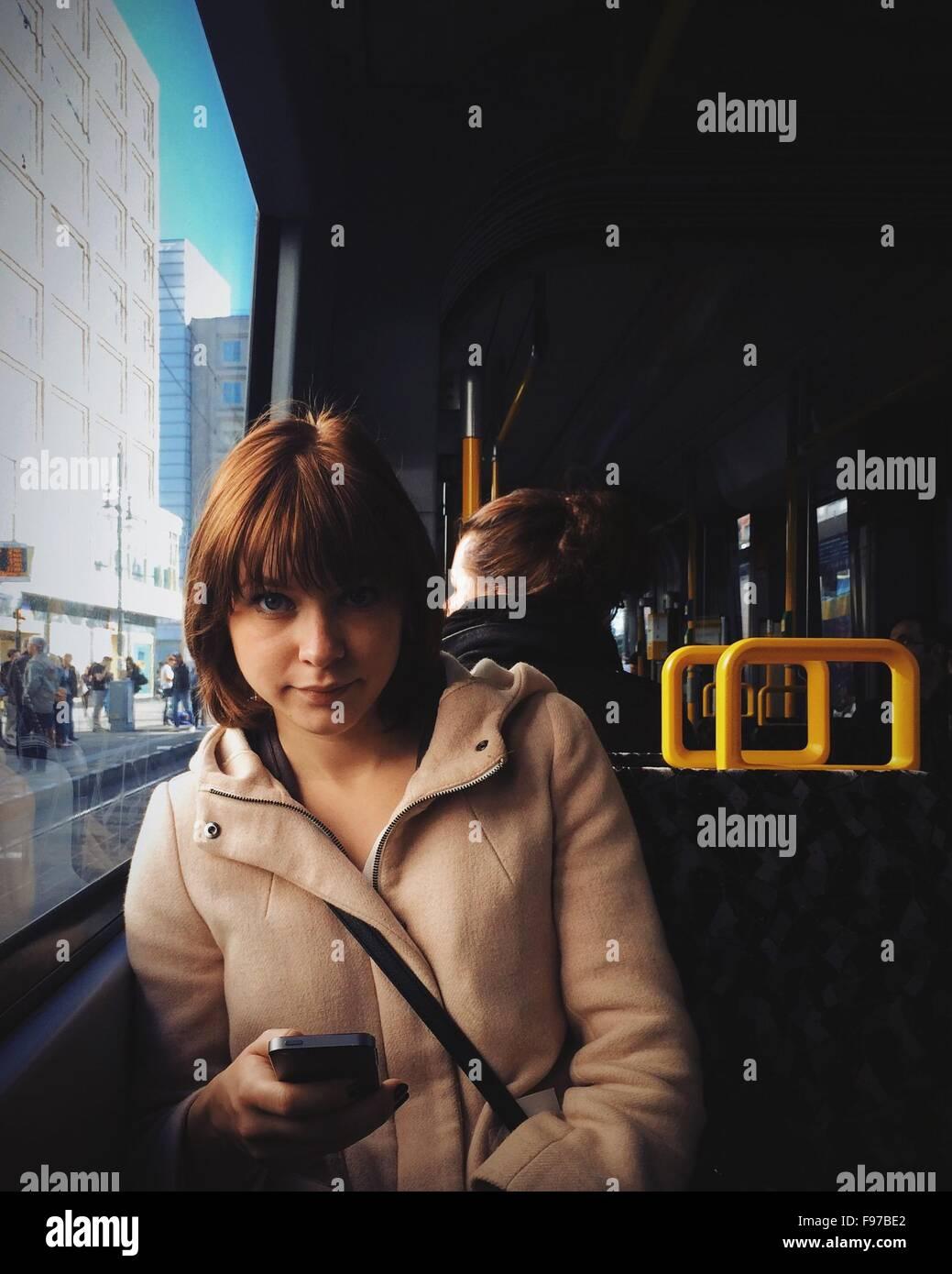 Portrait de jeune femme à l'aide de téléphone portable en voyage à Tram Photo Stock