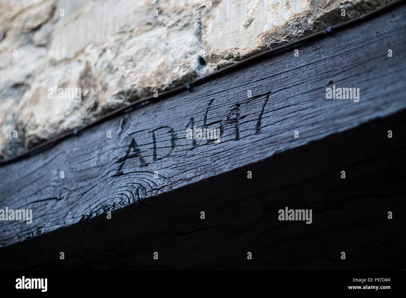 Date de l'année 1647 AD sculpté dans un cadre de porte d'un bâtiment historique de Cirencester, Photo Stock