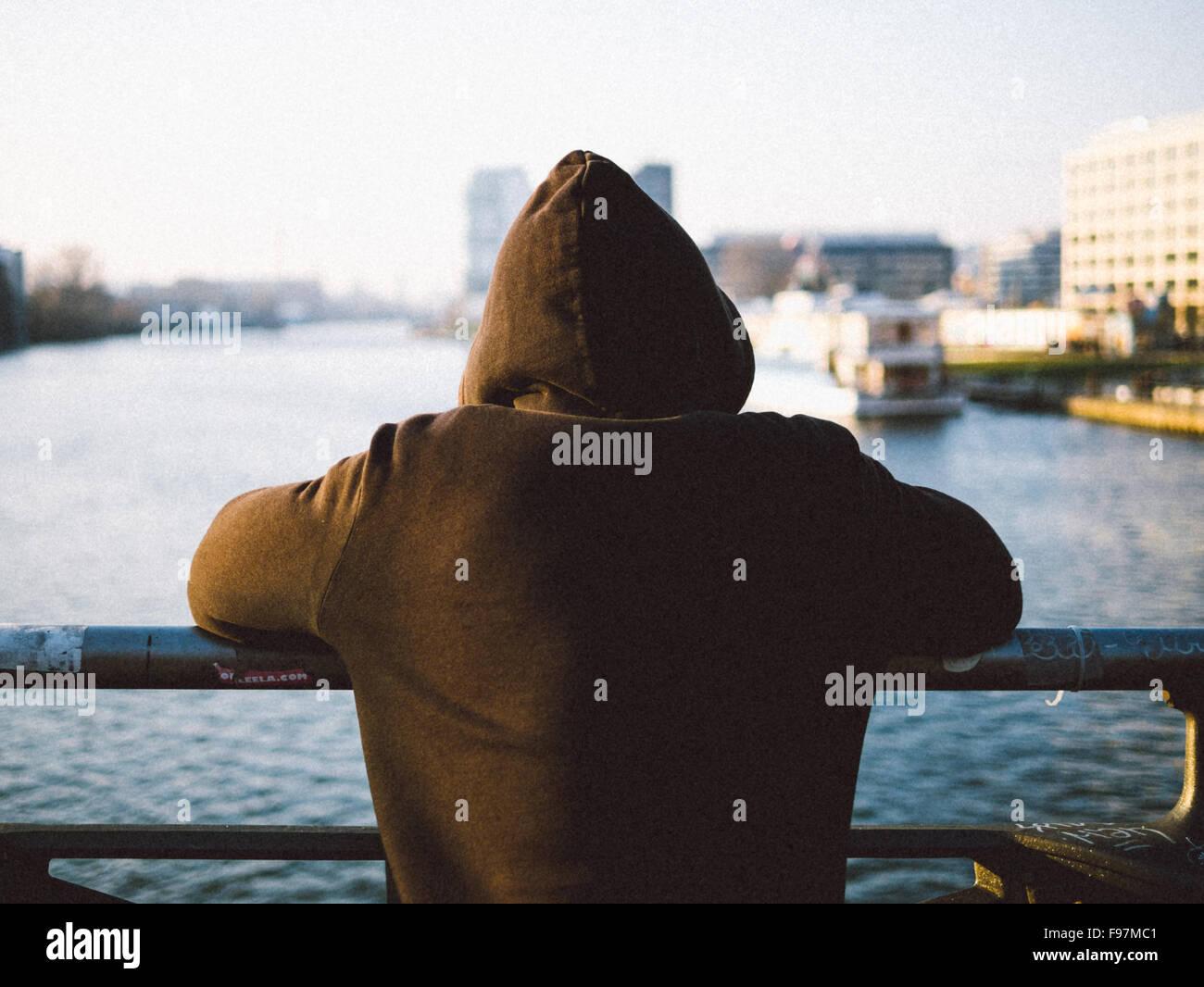 Vue arrière de l'homme à la recherche en mer Photo Stock