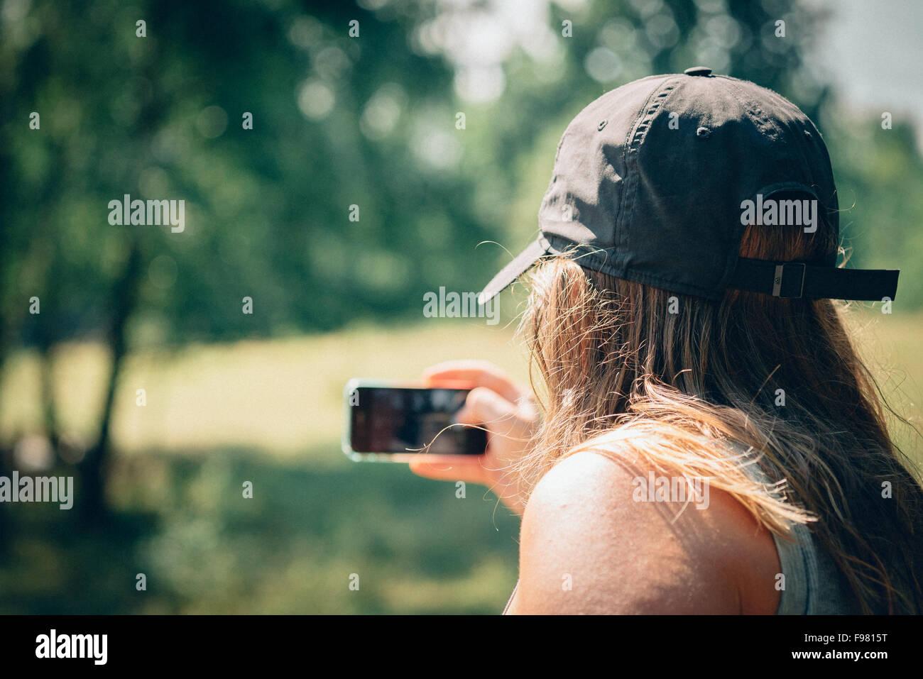 Vue arrière de l'homme en cliquant sur l'extérieur Selfies Photo Stock