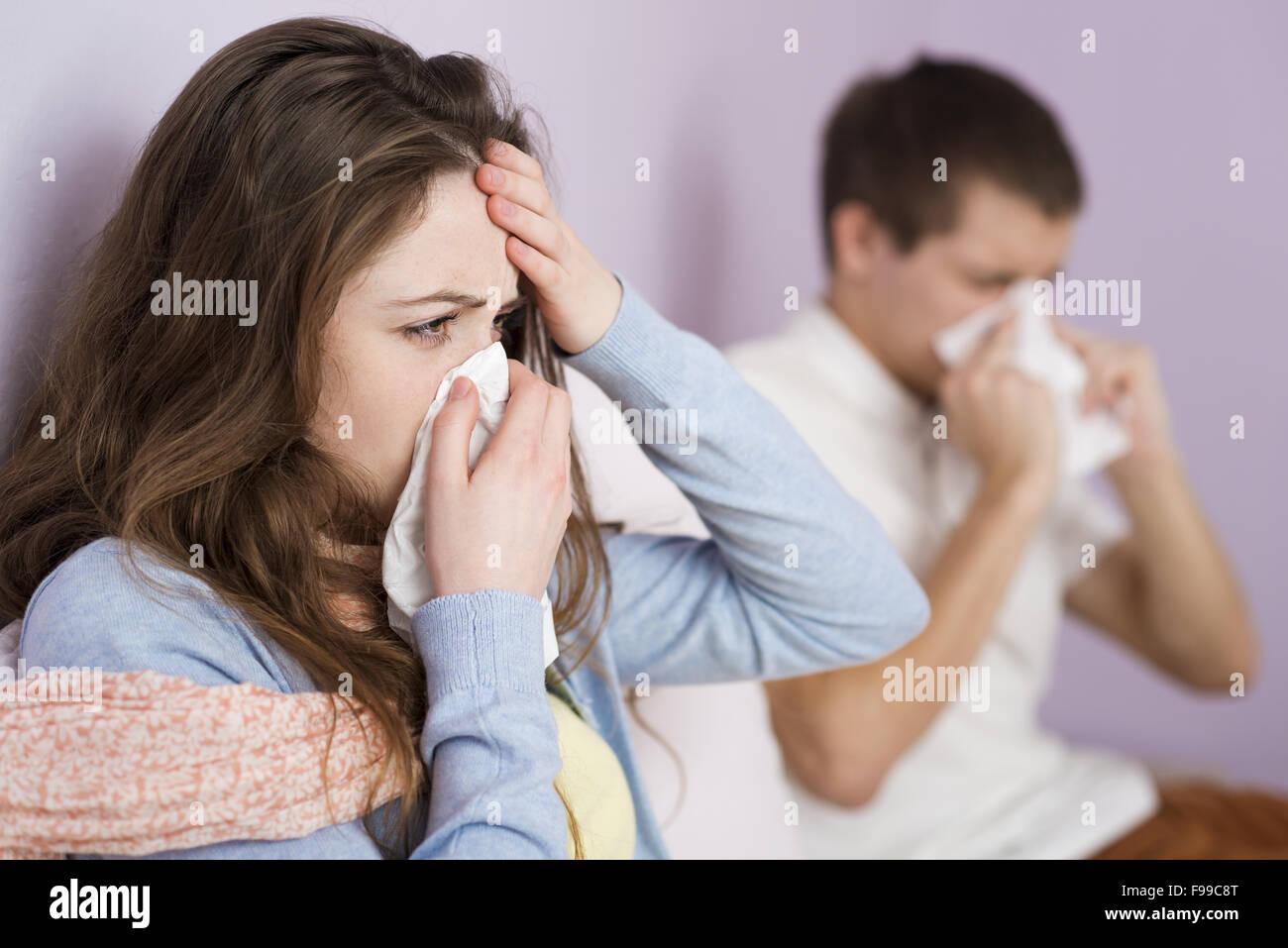 Femme Malade Et L Homme Ont Rhume Grippe Et Une Fievre Elevee