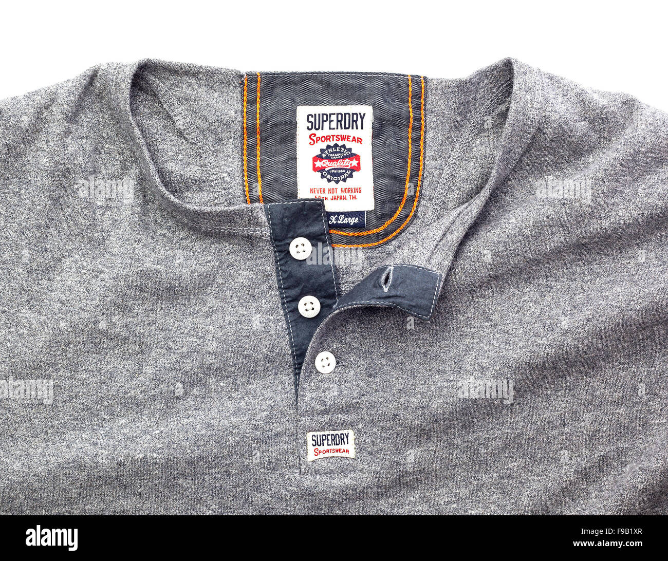Vêtements Superdry montrant logo sur fond blanc Photo Stock