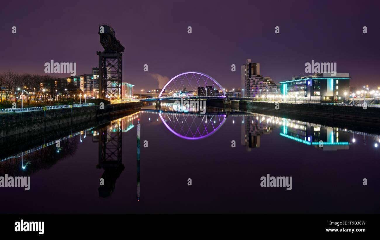 Une image couleur de la vue de cloches Pont De Glasgow Riverside la nuit Banque D'Images