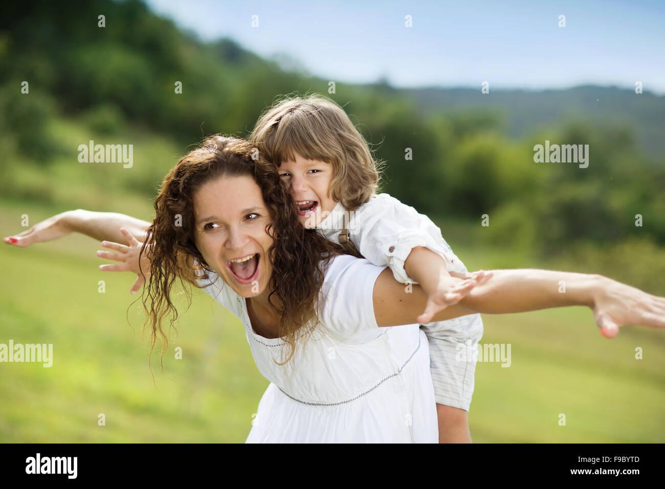 Mère et fils jouer jeux amusants ensemble Photo Stock