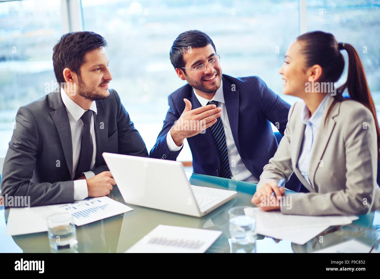 Groupe de gens d'affaires ensemble à la réunion de réflexion Photo Stock