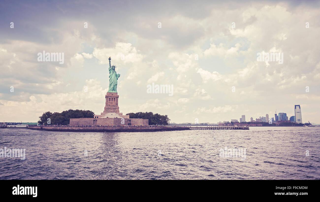 Style Vintage Statue de la liberté à jour nuageux, New York, USA. Photo Stock