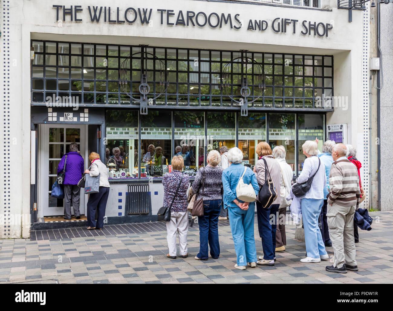 Un groupe de touristes à l'extérieur de Willow Tearooms et l'ancienne boutique de cadeaux sur Sauchiehall Street dans le centre-ville de Glasgow, en Écosse, au Royaume-Uni Banque D'Images