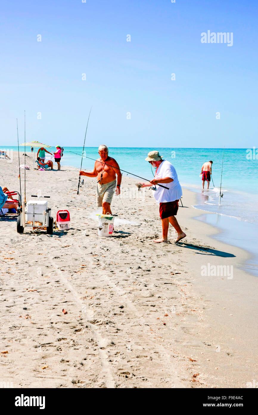 Hommes retraités pêche en mer de la plage de Venice en Floride Photo Stock
