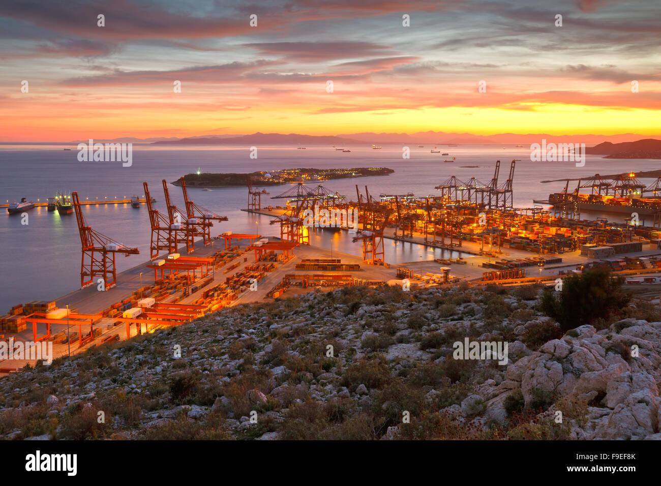 Vue sur le port du Pirée à Athènes depuis les contreforts des montagnes Aegaleo Photo Stock