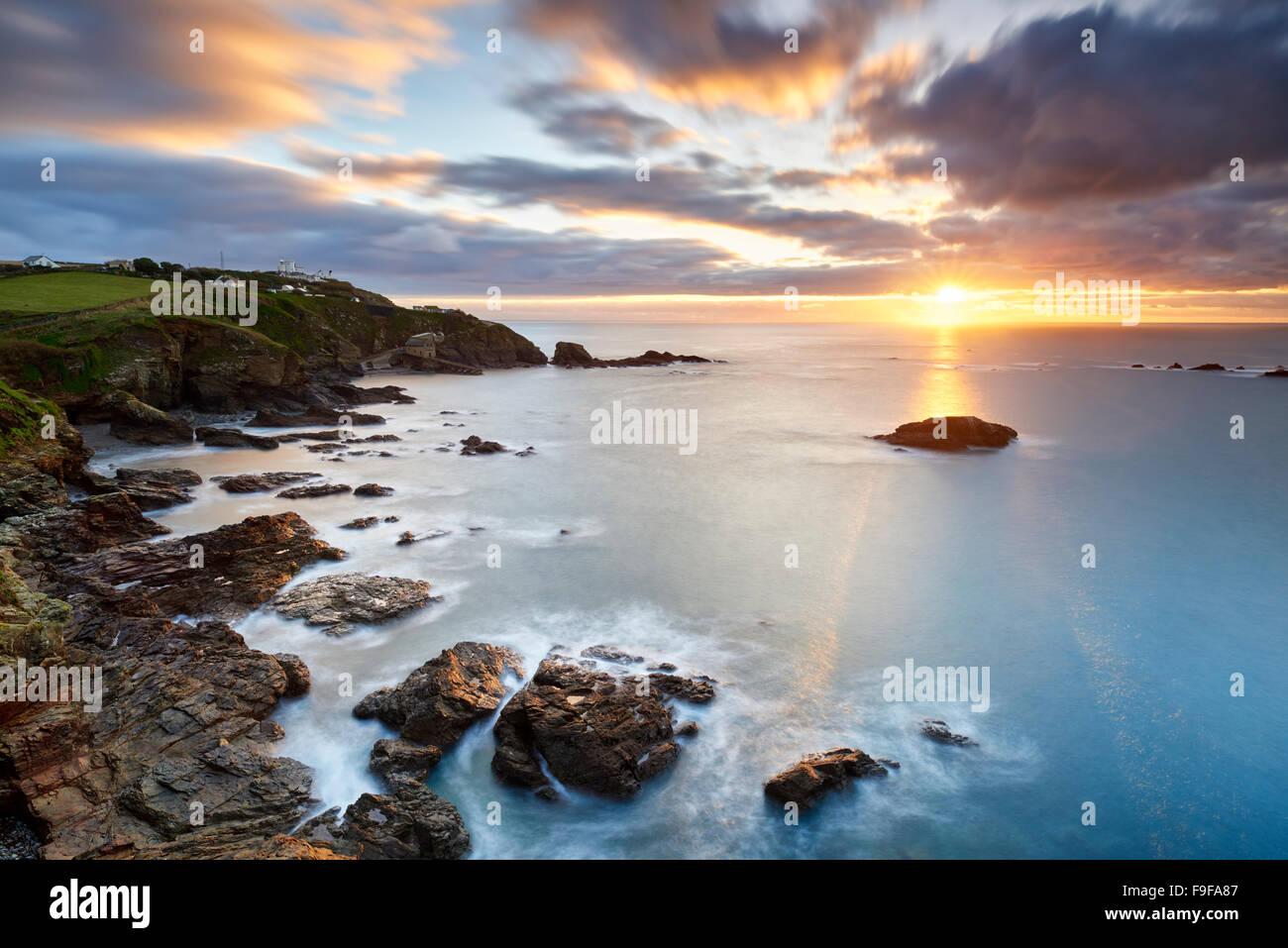 Lever du soleil sur l'hiver un Polpeor Cove, le Lézard Cornwall Photo Stock