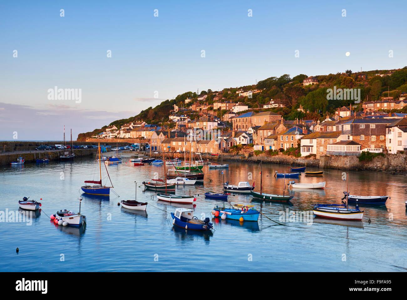 La première lumière de l'aube attraper les chalets le long du front de mer, surplombant le pittoresque Photo Stock