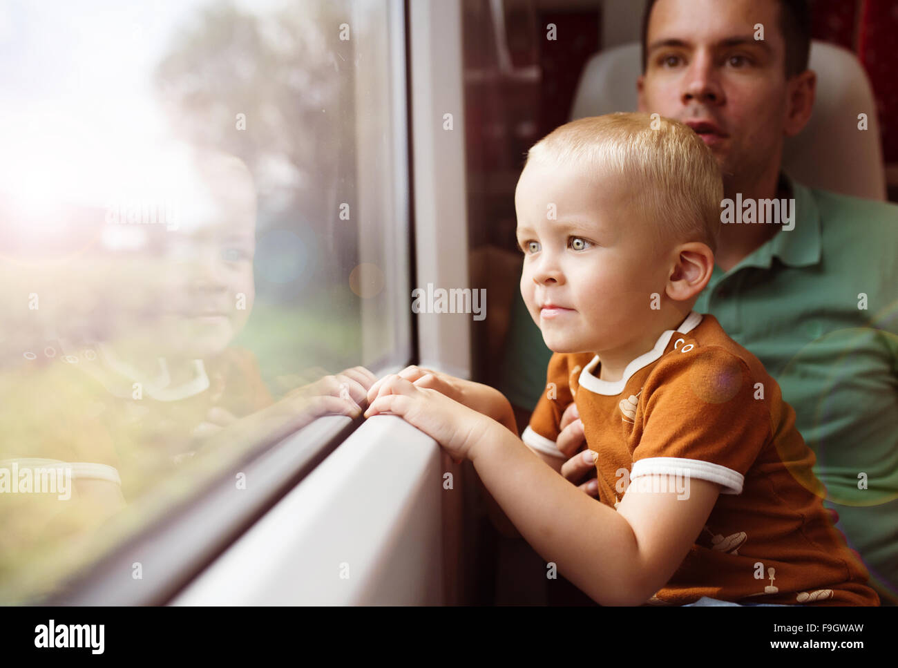 Le père avec son fils sur ses genoux voyager en train. Photo Stock