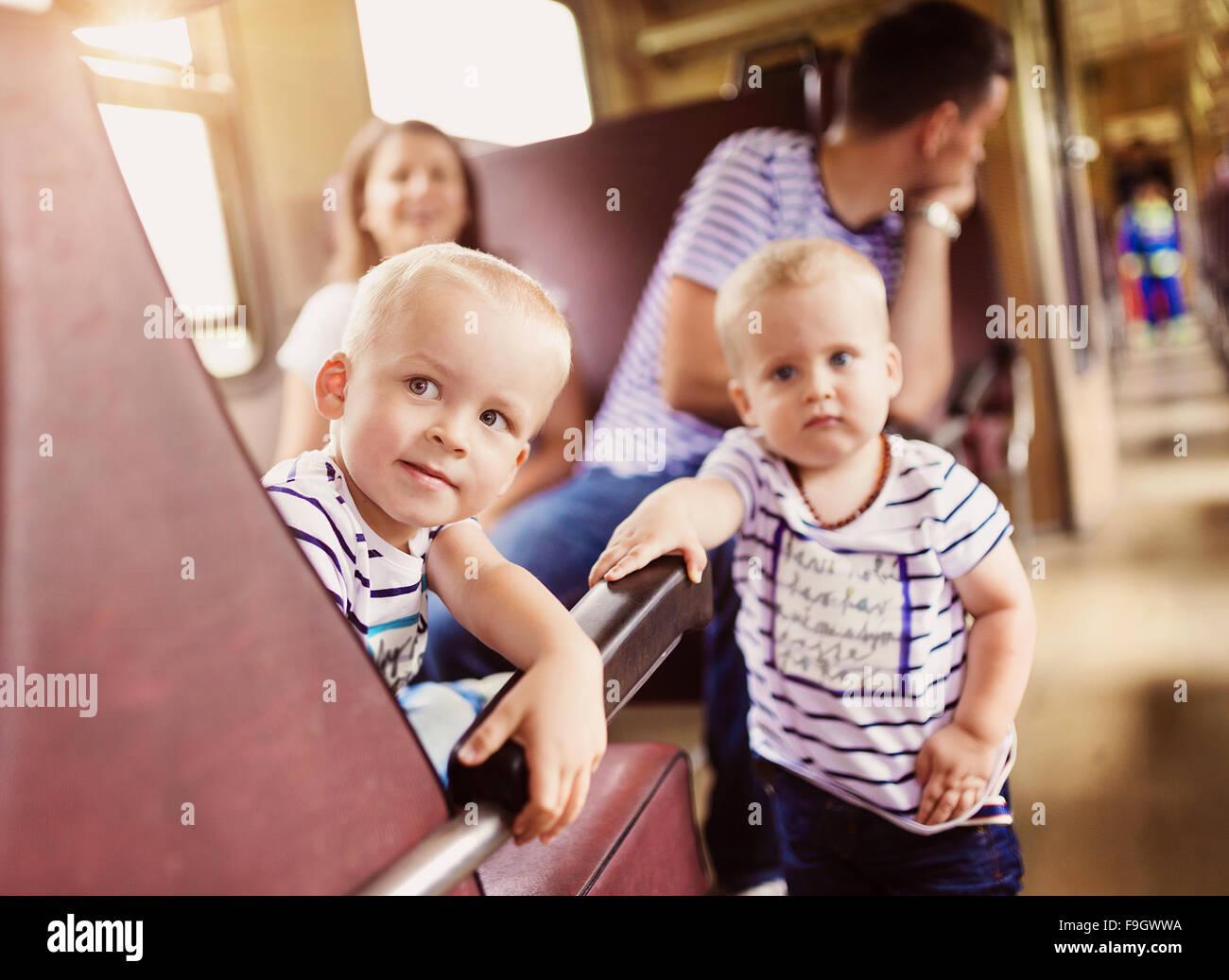 Famille avec deux enfants qui voyagent en train. Photo Stock