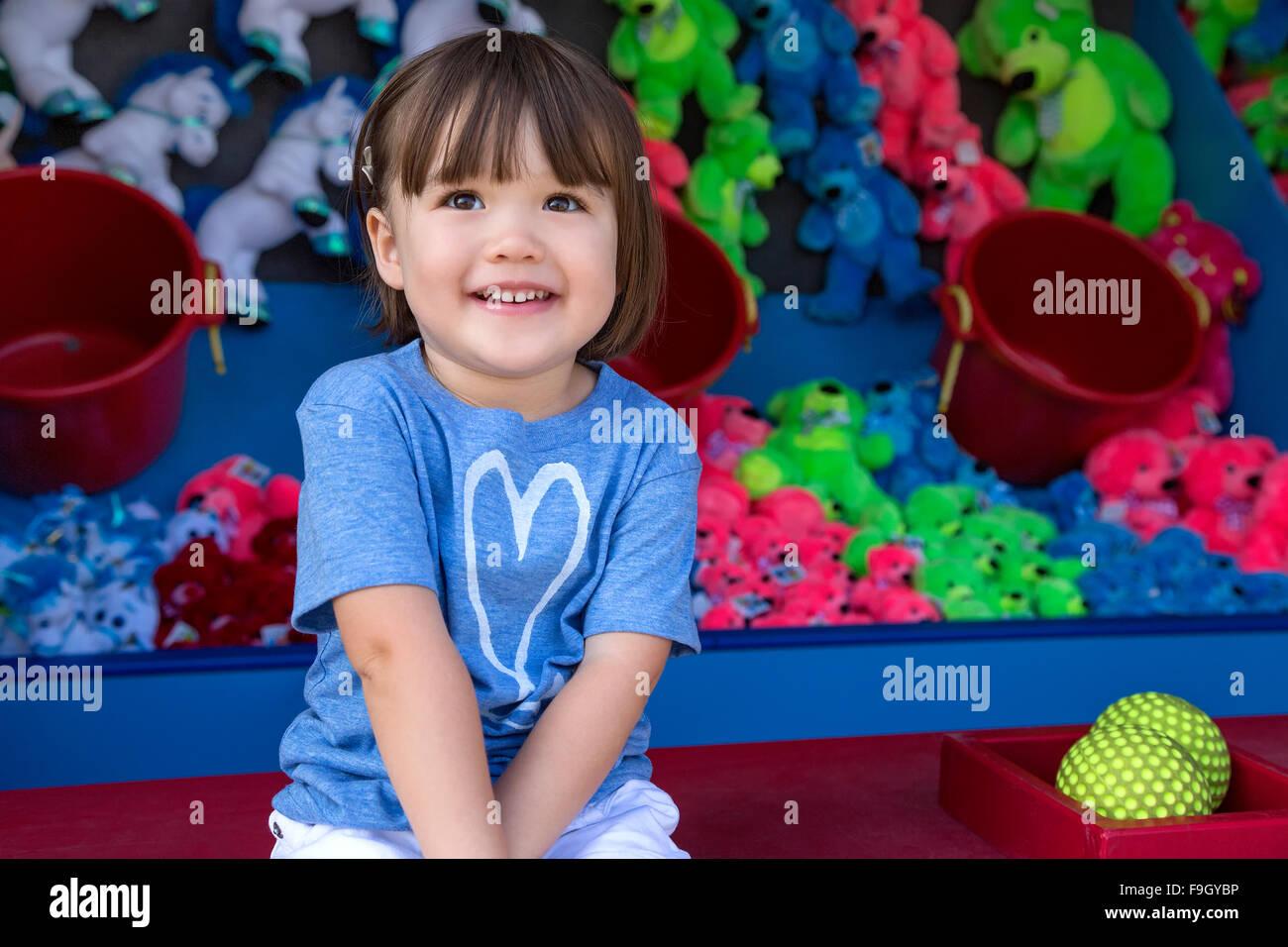 Fillette de trois ans à un stand de jeux vidéo, San Diego, Californie Banque D'Images