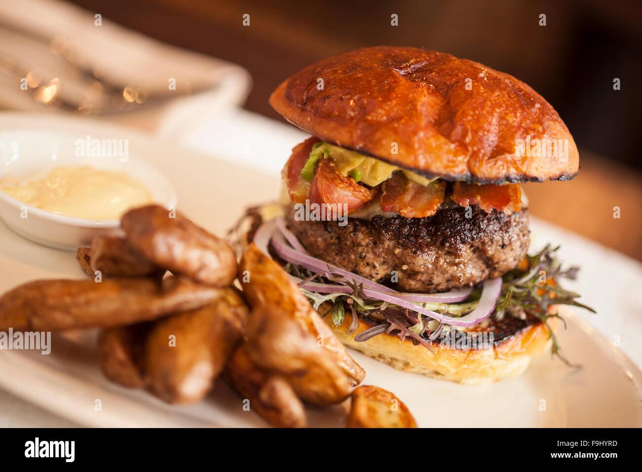 Hamburger avec de l'avocat, bacon, fromage et oignons, Barbareno Restaurant, Santa Barbara, Californie Photo Stock