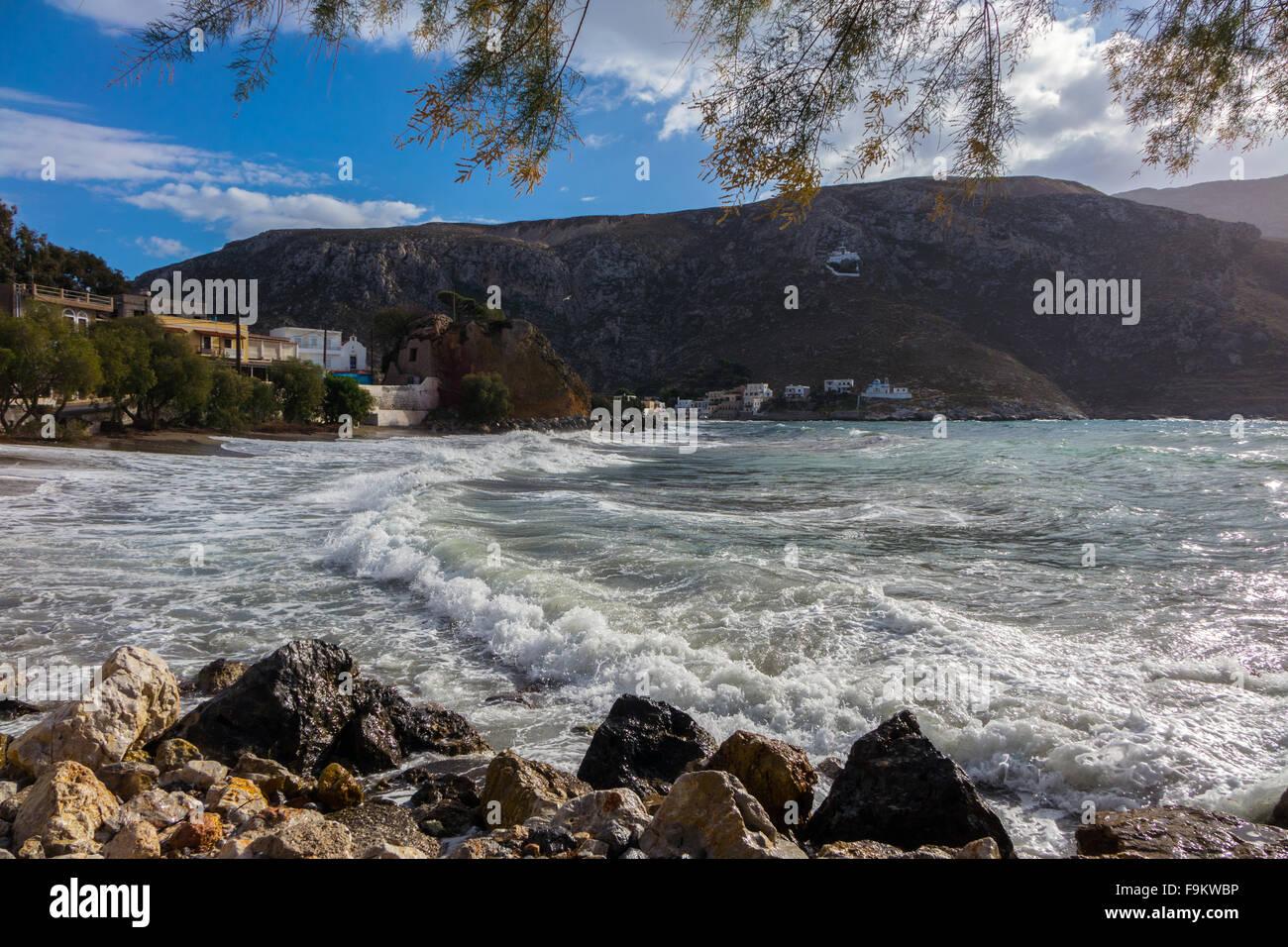 Vagues se brisant sur White beach, Kalymnos, Grèce Banque D'Images