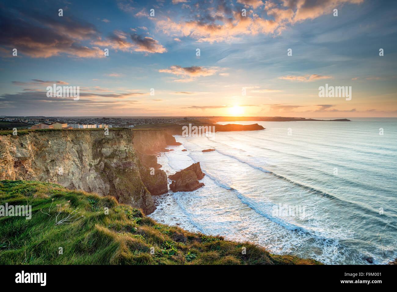 De superbes falaises de coucher de soleil spectaculaire sur la plage de Porth à Whipsiderry à Newquay, Cornwall Banque D'Images