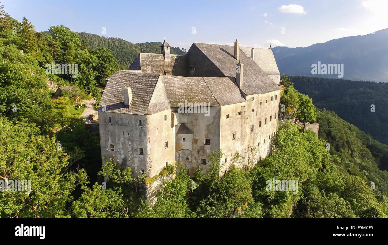Ancien château du Moyen âge en Autriche. Vue aérienne jusqu'au sommet. Banque D'Images