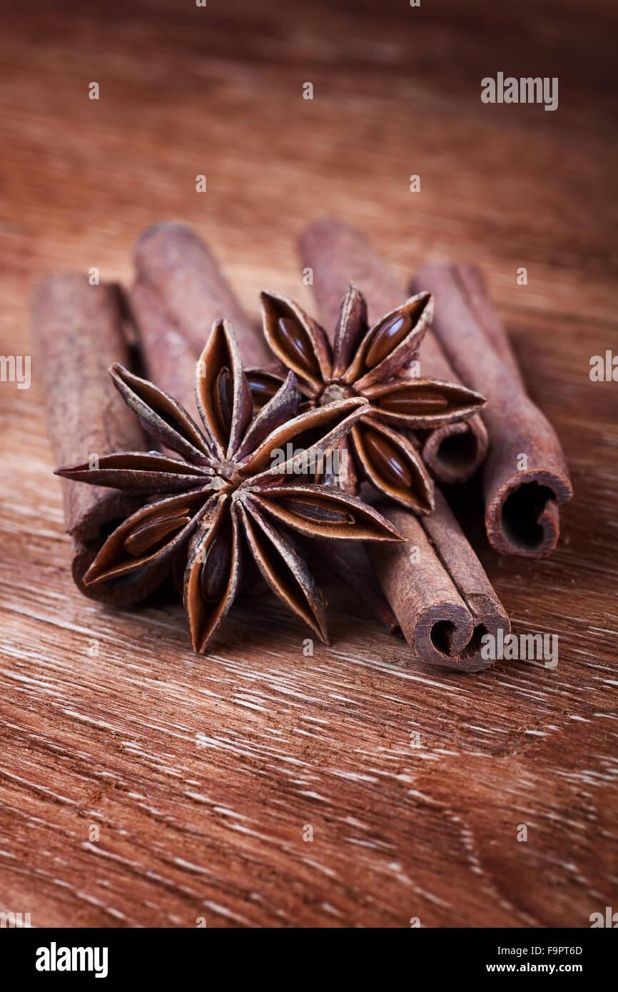 Anise stars avec des bâtons de cannelle sur planche de bois Photo Stock