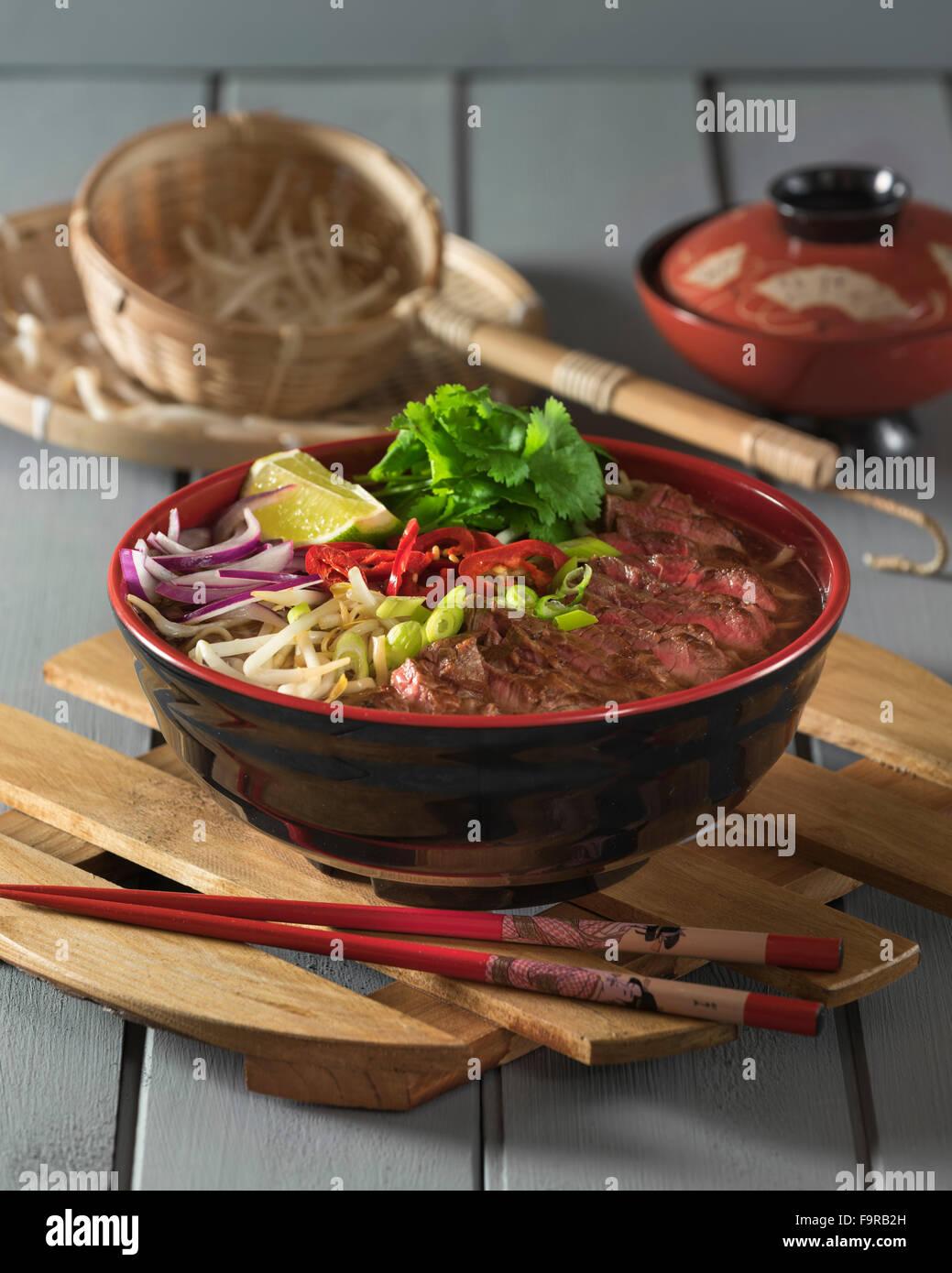 Ramen boeuf. Bouillon de viande épicé avec du bœuf et nouilles. La nourriture japonaise Photo Stock