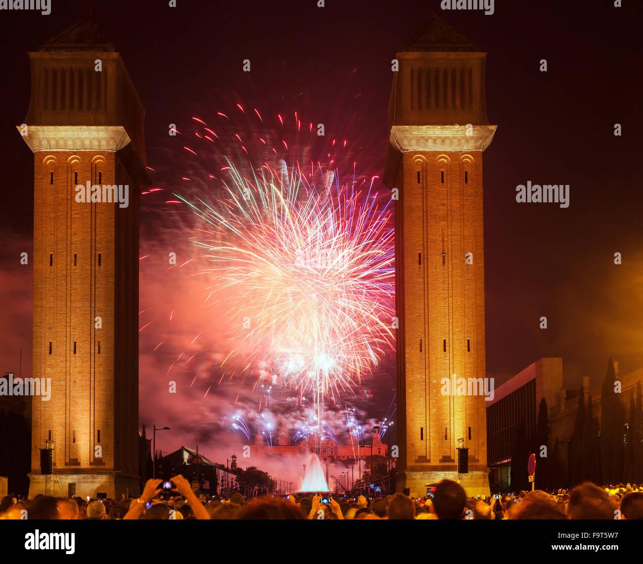 Spectacle de feux d'artifice de la Merce Festival dans la nuit. Barcelone, Catalogne Banque D'Images